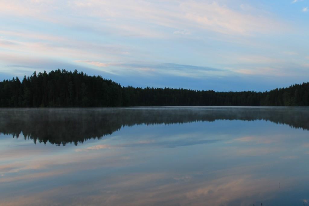 Iso-Valkee järvi kesäaamuna