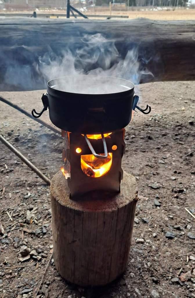 Savotan Happy Stove -risukeittimellä valmistuu ruoka.