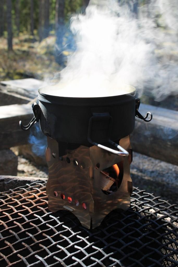 Keitto valmistumassa risukeittimellä