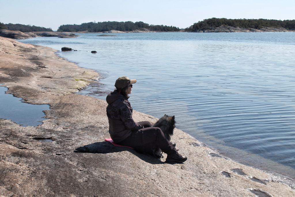 Eve ja Unto katselevat merimaisemaa Kustavin Vuosnaisissa